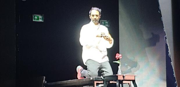 Dragan Bakema - hier tijdens een repetitie- is de enige acteur in Taste
