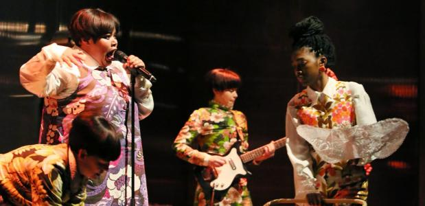De sterke cast kan ook muzikaal goed uit de voeten, foto: Sanne Peper