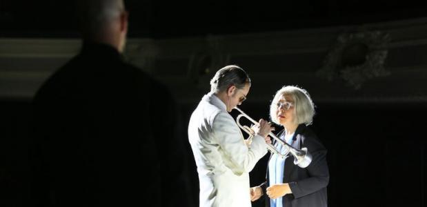 Prachtig is de scène waarin Scheldwacht een kinderliedje zingt en opeens haar eigen vader, een van de vele rollen van Hein van d