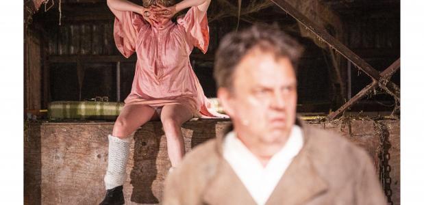 Rogier Schippers als norse boer en Anne-Chris Schulting als zijn achterlijke dochter, foto: Moon Saris
