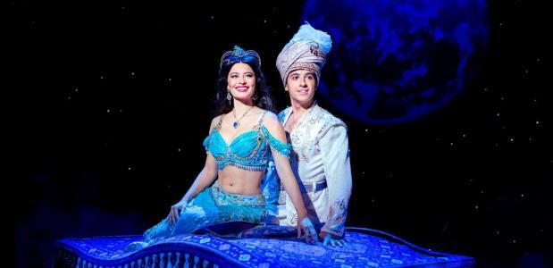 Aladdin en Jasmine gaan met het vliegend tapijt de lucht foto: Deen van Meer