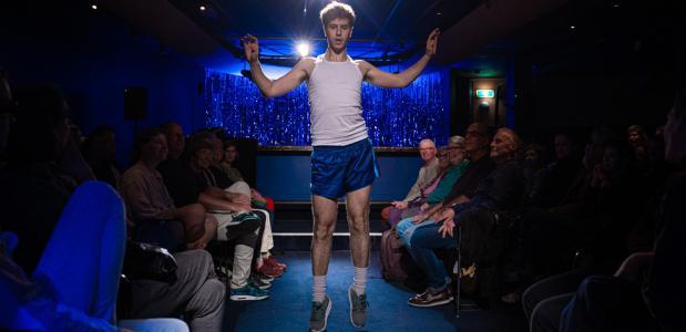 BOYS WON'T BE BOYS is een collage van mannen die zingen, dansen, dichten, grappen, rappen of vertellen