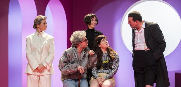 Mark Rietman (rechts) steelt de show als de sadistische, slinkse Valmont. Foto: Raymond van Olphen