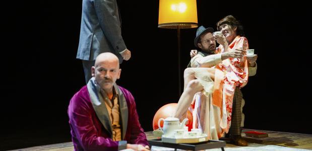 Links staand Gijs Scholten van Aschat die weergaloos speelt, foto: Henri Verhoef