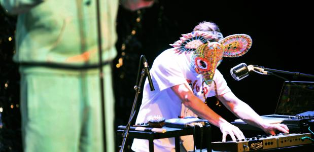 Net als in Citizen K werkt Sadettin Kirmiziyüz met de uitmuntende musicus Kaspar Schellingerhout. Foto: Sanne Peper
