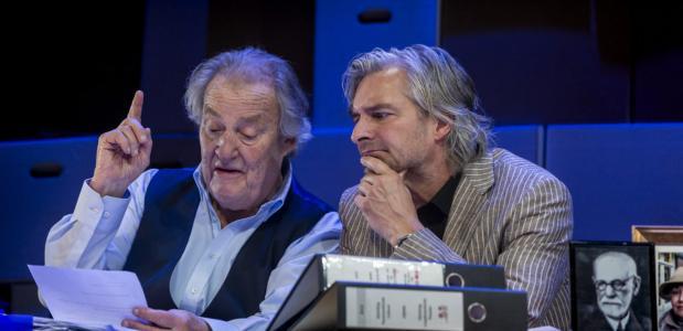 Croiset is de twijfelende psychiater, Reinier is zijn patiënt vol bravoure; foto: Ben van Duin