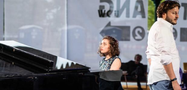 Nottrot is verteller en wordt bijgestaan door pianiste Maxime Snaterse; foto: Bart Grietens