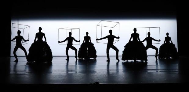 Scène uit Icoon, een programma met vijf choreografieën van Lucinda Childs, foto: Hans Gerritsen