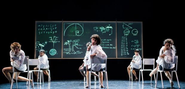 magisch-realistisch sprookje waarbij een klaslokaal een bos wordt of een catwalk, foto: Kamerich&Budwilowiwtz/EYES