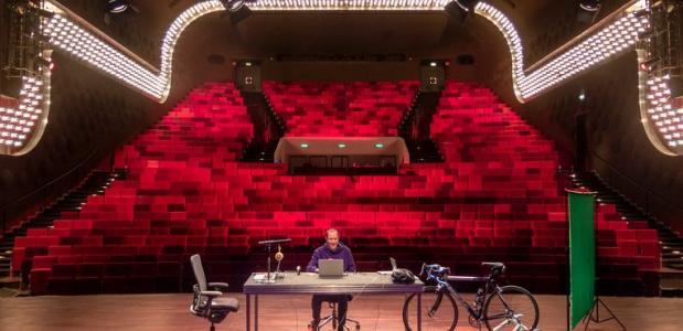 Wertheim speelt vanuit een lege zaal zijn voorstelling die gestreamd wordt. Foto: Gijsbert van der Wal