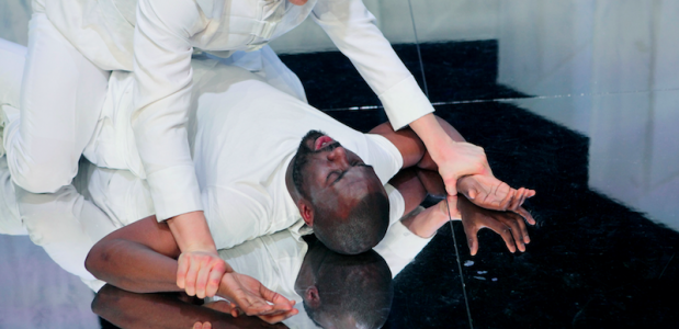 Werner Kolf als Othello en Rick Paul van Mulligen als Jago; foto: Sanne Peper