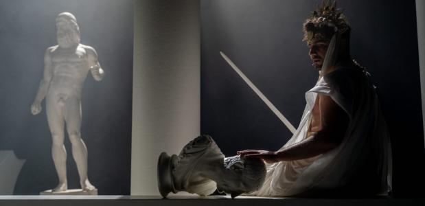 Wilde pelt zichzelf in deze toneelbewerking in regie van Char Li Chung steeds meer af, foto: Bas de Brouwer