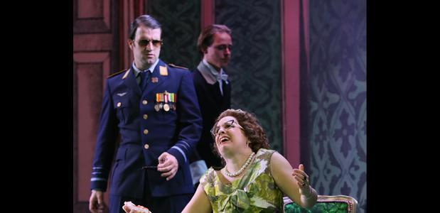 Kim van Zeben als Juliana en Patrick Duijtshoff als Prins Bernhard; foto: Sanne Peper