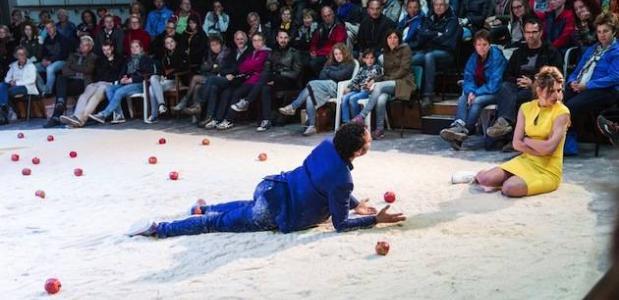 Foto: De vlucht van een granaatappel - Theater RAST. © Nichom Glerum