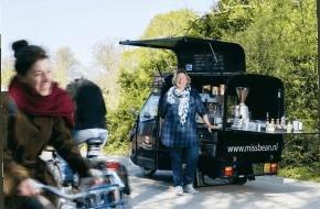 Ditta van der Veer (53) bezoekt veel festivals zoals Noorderzon, FestiValderAa en Simmerdeis in Drachten; foto: Janita Sassen