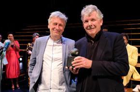 Orkaters Marc van Warmerdam (rechts) ontving de Prijs van de Kritiek uit handen van Jos Schuring  (foto: Jean van Lingen)