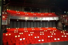 Theater De Leest in Waalwijk laat zien hoeveel stoelen bezet kunnen worden in de anderhalvemeter-regeling, foto: De Leest