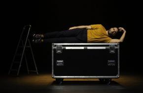 Freek Bartels is helemaal in zijn element in zijn eerste solovoorstelling, foto: Jeroen Luiten