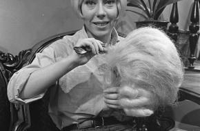 Carla Lipp als Pruikenmaakster Jet in de televisieserie 'Ja zuster, nee zuster' van de VARA. © Nationaal Archief