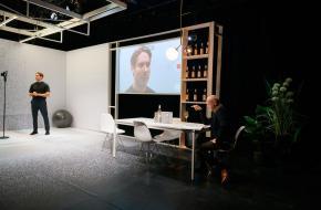 De castingdirector begint direct met het uitbuiten van zijn machtspositie. foto: Jostijn Ligtvoet