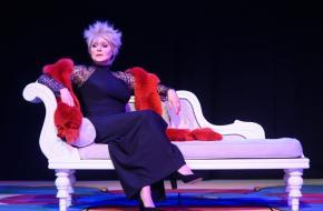 Ellen Pieters als Adèle in De grote drie, foto: Roy Beusker