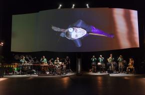 Henke Tuinstra als vliegende heks, foto: Joris van Bennekom