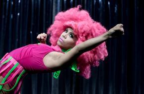 Foto van de voorstelling COKE van Arco Renz & Kobalt Works, deze speelt op Julidans. Fotograaf: Danny Willems.