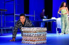 Esther Scheldwacht, bewerkte het boek tot toneelscript en speelt zij Piranti als oudere vrouw. Foto: Annemieke van der Togt