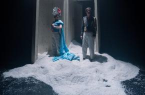 In verhalende scènes spelen Myjer en Karssen in vlot tempo de hoofdlijnen uit het boek. Foto: Bas de Brouwer