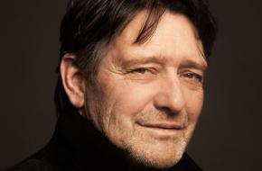 Alex van Warmerdam zei eens in ons magazine over Bokma: 'Trek een jute zak over zijn hoofd, vraag hem een ezel te zijn en hij