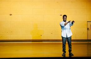 Emmanuel Ohene Boafo in 'Sea Wall', foto: Koen Veldman