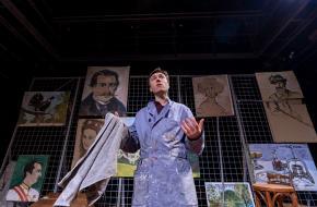De voorstelling zit vol met prachtige, verrassende kartonnen pop-ups en schilderingen; foto: Bas de Brouwer
