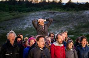 Vincent van der Valk omringd door het koor, foto: Julian Maiwald