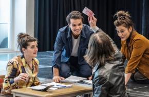 De vier acteurs vertolken meerdere rollen, foto: Jean van Lingen